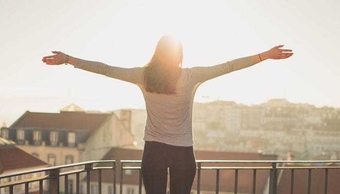 femme sur balcon